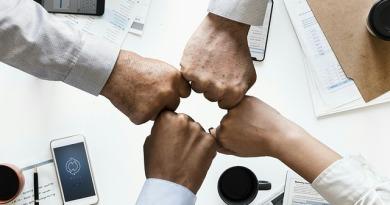Pomóż swoim pracownikom prowadzić rozmowy biznesowe w obcych językach