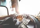 Pracujesz jako kierowca pomocy drogowej? Sprawdź, jakie są Twoje przywileje na drodze.