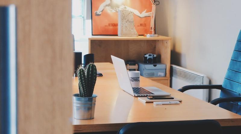 W poszukiwaniu idealnej postawy na biurowym krześle…