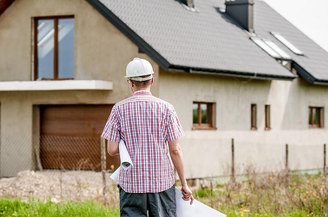Koszty postawienia budynku firmowego – czy są niższe na własnej działce?